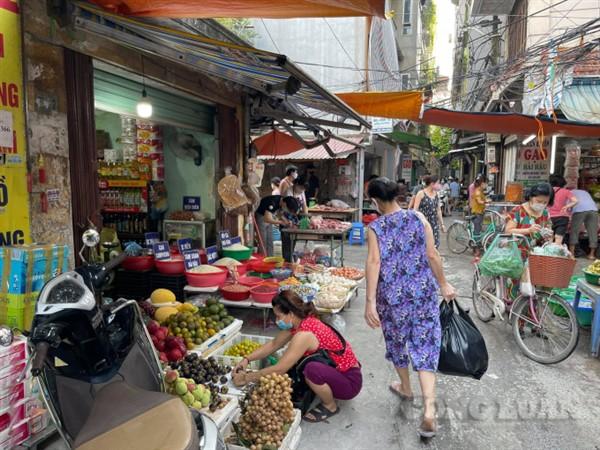 Hà Nội: Mặt hàng rau xanh nào đang biến động giá mạnh trong ngày đầu hạn chế đi lại?