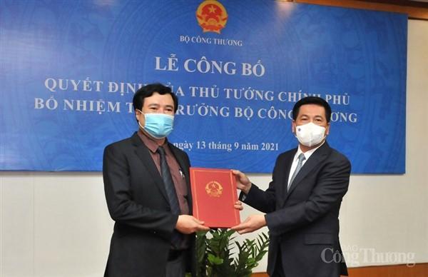 Trao Quyết định bổ nhiệm Thứ trưởng Bộ Công Thương cho đồng chí Nguyễn Sinh Nhật Tân