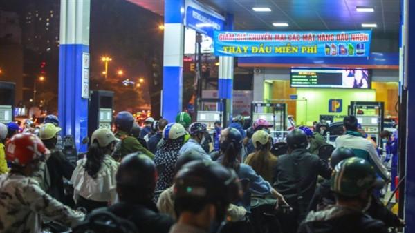 Người dân đổ xô đi mua xăng chật kín các cây xăng ở Hà Nội