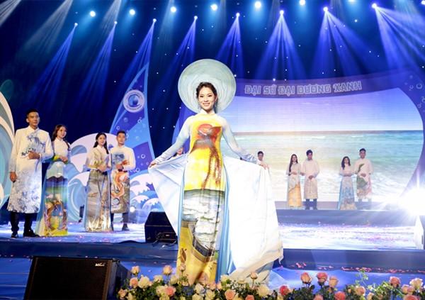 Á hậu Phạm Hoàng Yến xinh đẹp, rực rỡ làm Vedette cho NTK Đức Minh